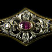 Romboid forma bross rubinnal