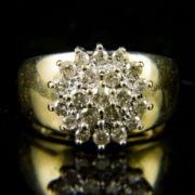 Rozetta fazonú sárgaarany gyűrű gyémánt kövekkel