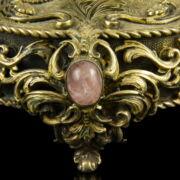 Asztali óra rózsakvarc és gyöngy ékítésekkel zeneszerkezettel