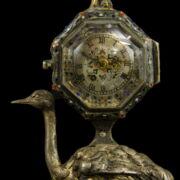 Ezüst strucc figurás asztali óra