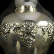 Ezüst váza szőlőfürtös díszítéssel