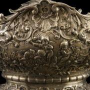 Rokokó stílusú német  ezüst kínálótál palástján puttókkal