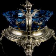 Ezüst gyümölcskínáló kariatidás fülekkel és kék üvegbetéttel