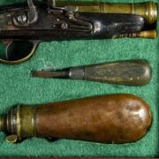 Kovás pisztoly és tartozékai dobozában
