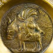 Sárgaréz tálka tükrében szamárháton ülő török basával