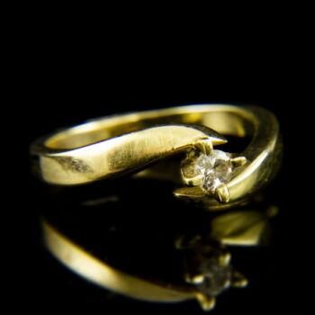 14 karátos sárgaarany eljegyzési gyűrű karmos foglalatban gyémánt kővel (0.13 ct)