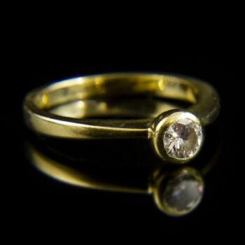 18 karátos sárgaarany eljegyzési gyűrű bouton foglalatban gyémánt kővel (0.18 ct)
