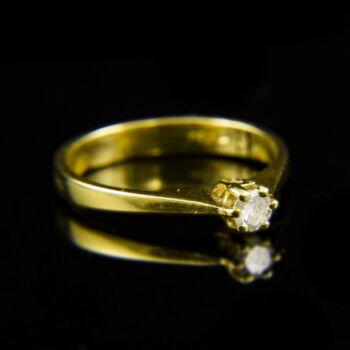 18 karátos sárgaarany eljegyzési gyűrű gyémánt kővel (0.16 ct)