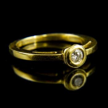 18 karátos sárgaarany szoliter gyűrű bouton foglalatban gyémánt kővel (0.16 ct)