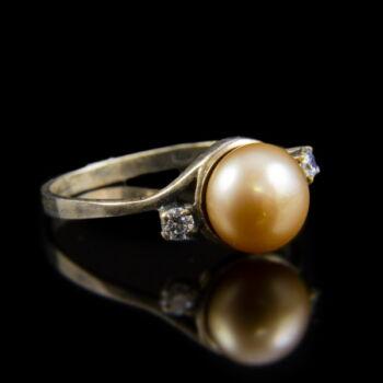 Ezüst gyűrű cirkonia kövekkel és konyak színű gyönggyel