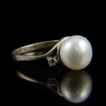Ezüst gyűrű gyönggyel és két apró cirkónia kővel