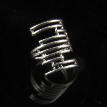 Ezüst gyűrű párhuzamos ívekből