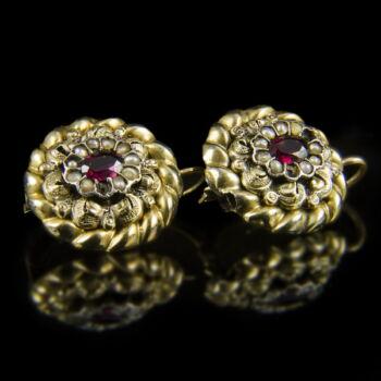 Rozetta fazonú arany fülbevaló almandin kövekkel és gyöngyökkel