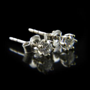 Stiftes fehérarany fülbevaló gyémánt kövekkel