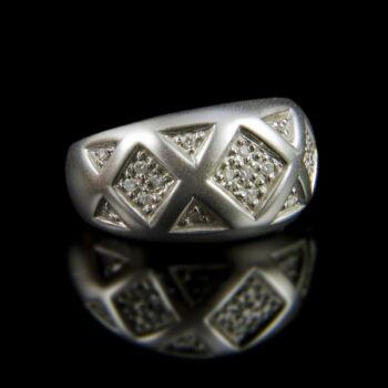Fehérarany gyűrű gyémánt kövekkel