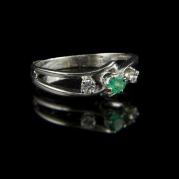 Fehérarany smaragd gyűrű gyémánt kövekkel