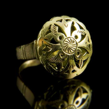 Arany gyűrű áttört kerek gyűrűfejjel