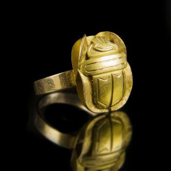 Arany gyűrű skarabeusz alakú gyűrűfejjel