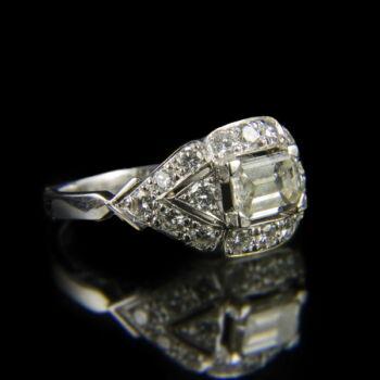 Fehérarany gyűrű baguette gyémánttal és brillekkel