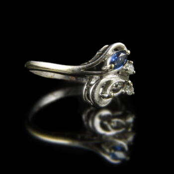 Fehérarany gyűrű navett csiszolású zafírral és apró gyémántokkal