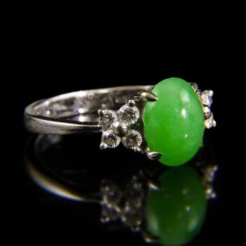 Fehérarany gyűrű zöld jáde kővel és gyémántokkal