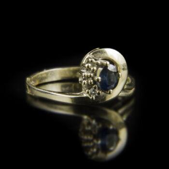Fehérarany gyűrű zafírral és apró gyémántokkal
