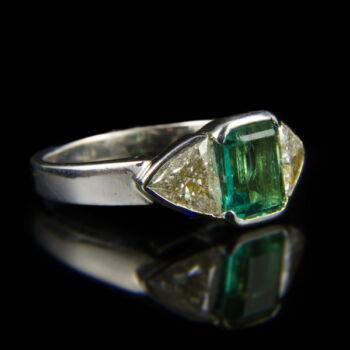 Fehérarany smaragd gyűrű trillion csiszolású brillekkel