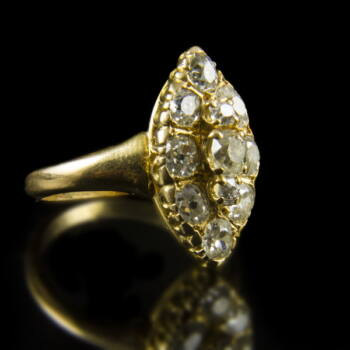 Női arany gyűrű navett forma gyűrűfejben gyémánt kövekkel