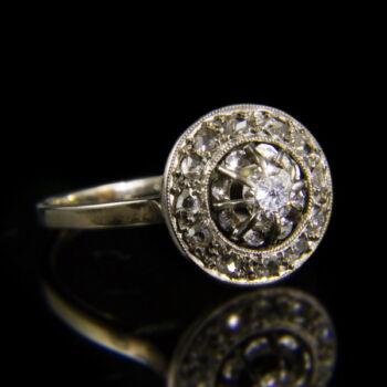 Rozetta fazonú 18 karátos fehérarany gyűrű gyémánt kövekkel
