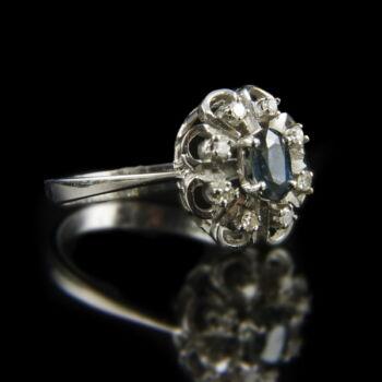 Rozetta fazonú fehérarany gyűrű zafír és gyémánt kövekkel