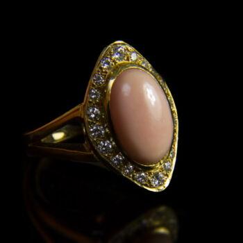 Sárgaarany gyűrű korall és gyémánt kövekkel