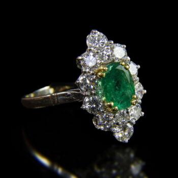 Navett fazonú fehérarany gyűrű smaragddal és gyémánt kövekel