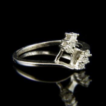 14 karátos fehérarany gyűrű 3-3 briliáns csiszolású gyémánt kővel