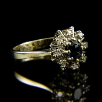 14 karátos fehérarany gyűrű zafírral és apró gyémánt kövekkel
