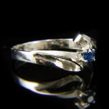 Fehérarany gyűrű apró zafír kővel