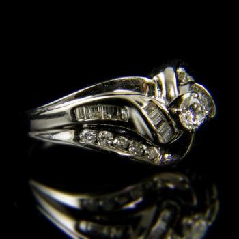 Fehérarany gyűrű brillekkel és baguette gyémántokkal