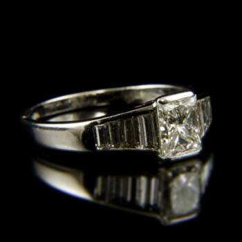 Szoliter fazonú fehérarany gyűrű princess csiszolású gyémánt kővel
