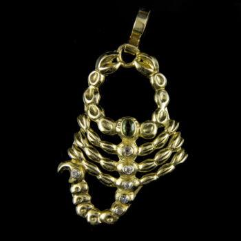 Arany skorpió medál gyémánt kövekkel
