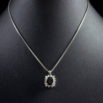18 karátos fehérarany nyaklánc zafír és gyémánt köves medállal