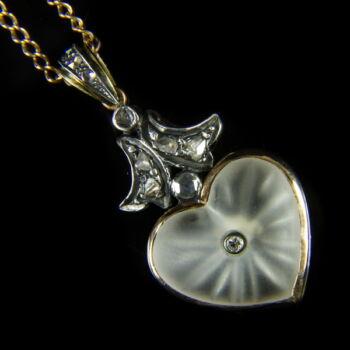 Arany nyaklánc gyémántokkal ékített szív alakú függővel