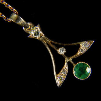 Arany nyaklánc Art-Nouveau fazonú smaragdos függővel