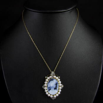 Portréképes kámea függő gyöngyökkel és gyémántokkal