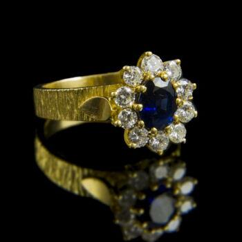 Rozetta fazonú zafír gyűrű gyémántokkal