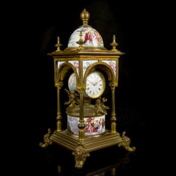 Bécsi asztali óra zománc festett archaikus jelenetekkel