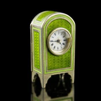 Ezüst tokos mini utazóóra zöld lüszterzománc díszítéssel