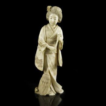 Faragott elefántcsont gésa figura seprűvel