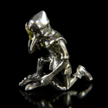 Mini ezüst Pinoccio figura csapdában