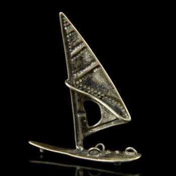 Mini ezüst szörfdeszka vitorlával