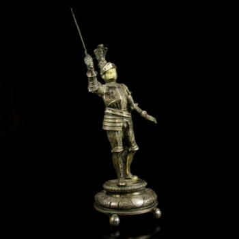Páncélos ezüst lovag figura