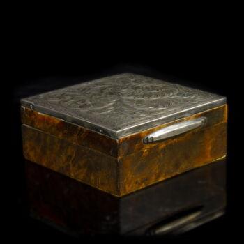 Ezüsttel díszített cigaretta kínáló dobozka